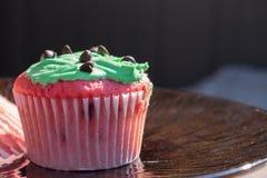 Queque vermelho e verde dos pedaços de chocolate Fotos de Stock Royalty Free