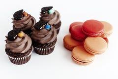 Queques à moda do chocolate com cookie e doces na parte superior e no colo Foto de Stock