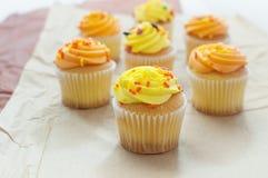 Queques alaranjados e amarelos de Halloween Imagem de Stock