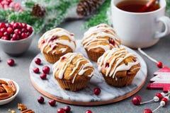 Queques, bolos com arando e porcas de noz-pecã Decoração do Natal Fim acima foto de stock