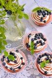 Queques caseiros com crosta de gelo e mirtilos Foto de Stock