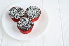 Queques caseiros com esmalte e coco do chocolate Foto de Stock Royalty Free