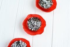 Queques caseiros com esmalte e coco do chocolate Fotografia de Stock Royalty Free