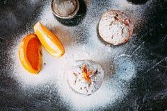 Queques caseiros com laranjas Fotos de Stock Royalty Free