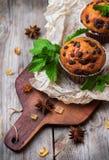 Queques caseiros dos pedaços de chocolate para o café da manhã Foto de Stock