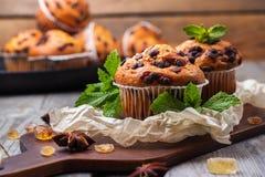 Queques caseiros dos pedaços de chocolate para o café da manhã Foto de Stock Royalty Free