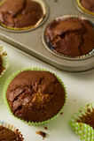 Queques caseiros recentemente cozidos dos pedaços de chocolate na tabela branca Imagens de Stock Royalty Free