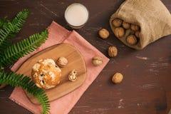 Queques caseiros saborosos da noz na tabela Pastelarias doces imagem de stock royalty free