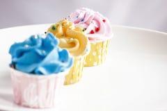 Queques coloridos Fotos de Stock Royalty Free