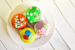 Queques coloridos deliciosos - bolos da Páscoa homemade Vista de acima foto de stock royalty free