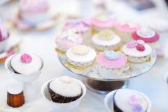 Queques coloridos deliciosos do casamento Imagens de Stock Royalty Free