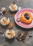 Queques com creme e bolo com framboesas, foto com tonificação imagem de stock