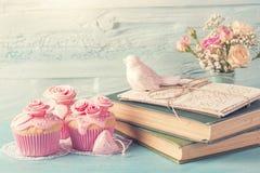 Queques com flores cor-de-rosa foto de stock royalty free