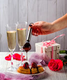 Queques com morangos Colher com chocolate Mão Presente Imagem de Stock Royalty Free