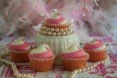 Queques cor-de-rosa com crosta de gelo rodada imagem de stock