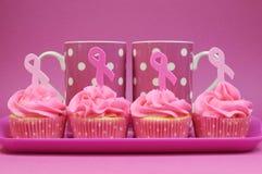 Queques cor-de-rosa da fita com as canecas de café do às bolinhas Fotografia de Stock Royalty Free