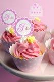 Queques cor-de-rosa do casamento com eu faço sinais do chapéu de coco Imagens de Stock