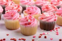 Queques cor-de-rosa do dia de Valentim Imagens de Stock Royalty Free