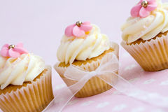 Queques cor-de-rosa e brancos foto de stock royalty free