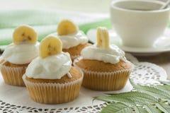 Queques da banana com creme quatro fotos de stock