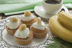 Queques da banana com creme quatro fotografia de stock