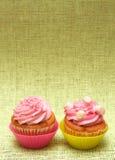 Queques da baunilha com crosta de gelo da morango Imagem de Stock Royalty Free