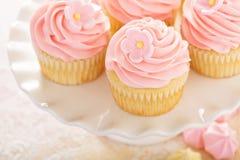 Queques da morango da baunilha com flor do açúcar foto de stock royalty free
