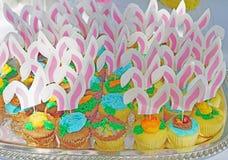 Queques da Páscoa com as orelhas cor-de-rosa do coelho foto de stock