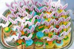 Queques da Páscoa com as orelhas cor-de-rosa do coelho foto de stock royalty free