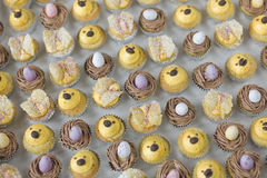 Queques da Páscoa com ovos, ninhos, e pintainhos Fotos de Stock