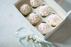 Queques da sobremesa em uma caixa de presente Lugar para a inscrição Fotos de Stock Royalty Free