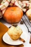 Queques de Apple da abóbora com streusel Conceito do outono da ação de graças Fotos de Stock Royalty Free