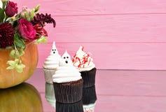 Queques de Halloween Queques ensanguentados do fantasma assustador Trea de Dia das Bruxas imagens de stock