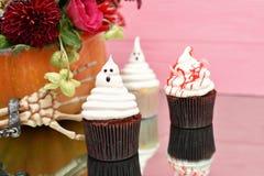 Queques de Halloween Queques ensanguentados do fantasma assustador Trea de Dia das Bruxas fotografia de stock