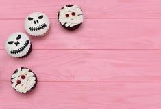 Queques de Halloween Queque da mamã e da jaque-cabeça Deleite de Dia das Bruxas imagens de stock royalty free