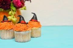 Queques de Halloween Queque do chapéu da bruxa Deleites de Dia das Bruxas na hortelã imagem de stock royalty free