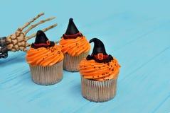 Queques de Halloween Queque do chapéu da bruxa Deleites de Dia das Bruxas no woode fotografia de stock royalty free