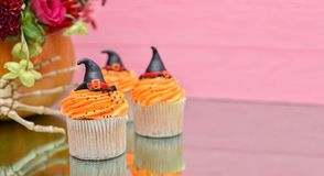 Queques de Halloween Queque do chapéu das bruxas Os deleites de Dia das Bruxas cortejam sobre fotos de stock royalty free