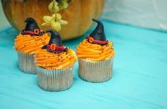 Queques de Halloween Queque do chapéu do ` s da bruxa Deleites de Halloween fotos de stock royalty free