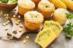 Queques de milho com brócolis fotos de stock