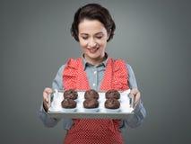Queques de sorriso do chocolate do serviço da mulher Foto de Stock Royalty Free