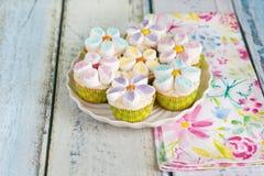 Queques decorados com as flores do creme e do marshmallow da manteiga imagem de stock royalty free