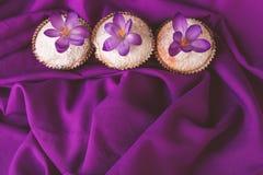 Queques decorados com flor do açafrão Imagens de Stock