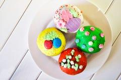 Queques deliciosos, coloridos - bolos da Páscoa em uma placa branca homemade Vista de acima imagens de stock royalty free