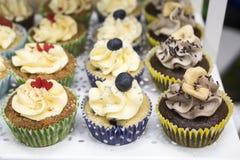 Queques deliciosos com buttercream e frutos Imagem de Stock Royalty Free
