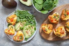 Queques deliciosos do ovo com presunto, queijo e vegetais Imagem de Stock