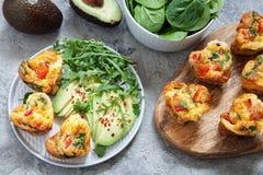 Queques deliciosos do ovo com presunto, queijo e vegetais Imagens de Stock