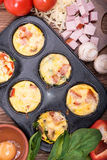 Queques deliciosos do ovo com presunto, queijo e vegetais Imagem de Stock Royalty Free