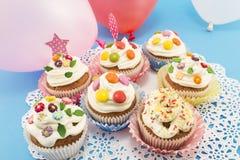 Queques do aniversário com balões Fotos de Stock