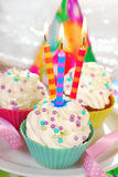 Queques do aniversário com três velas Fotografia de Stock Royalty Free